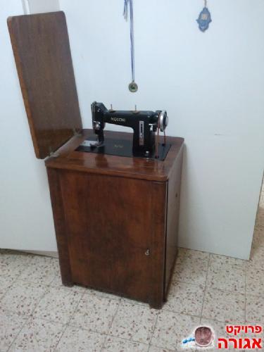למעלה תמונה של מכונת תפירה ישנה - מודעה 554675 YE-67