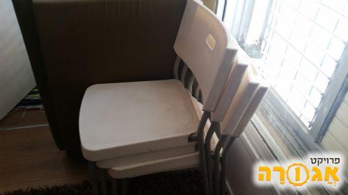 כסאות לבנים