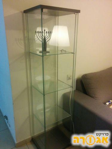 מפואר ויטרינה זכוכית של איקאה יד שניה למסירה חינם בגבעת שמואל - מודעה OP-94