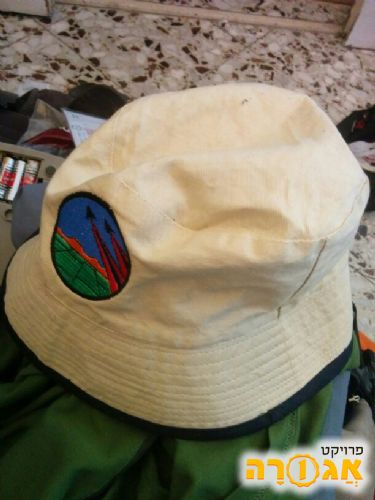 כובע טיולים עם שוליים