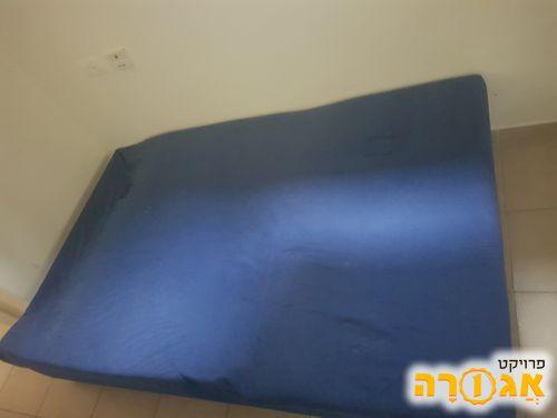 מיטה וחצי עם ארגז מצעים לאחסון