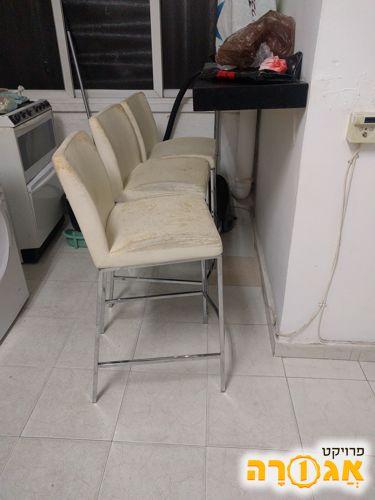 שלושה כיסאות בר