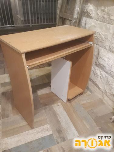 שולחן מחשב עם מגש מהישוב עלי