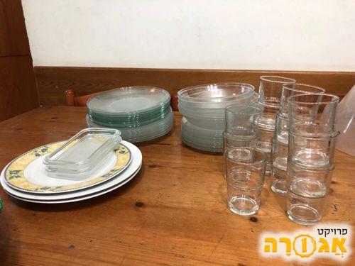 צלחות וכוסות זכוכית