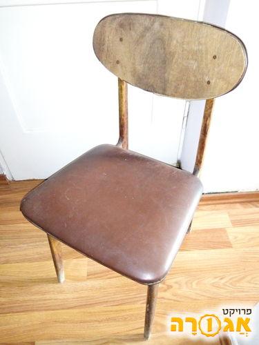 כסא עץ, עם ריפוד דמוי עור