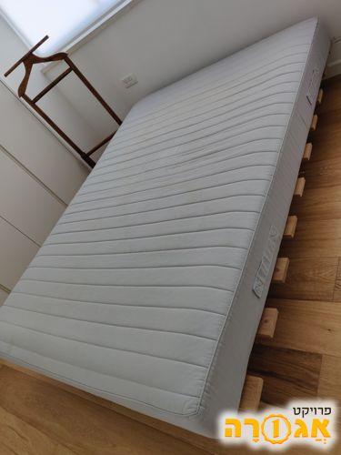 מיטה ומזרן איקאה 140/190 במצב מעולה