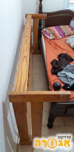 בסיס עץ למיטת יחיד