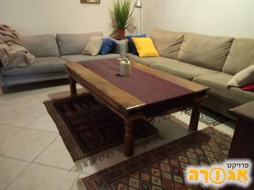 שולחן עץ לסלון במצב טוב מאד