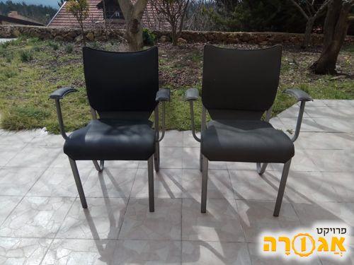 2 כסאות