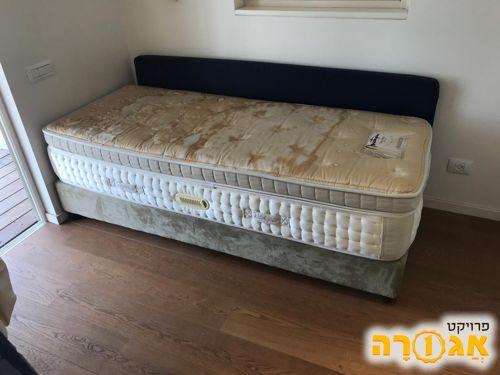 מיטת יחיד במצב מצוין