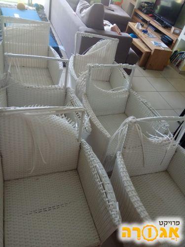 6 כיסאות שהמשענת שלהם נקרעה