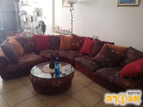 ספה ממותג Roche Bobois ושולחן קפה נמוך