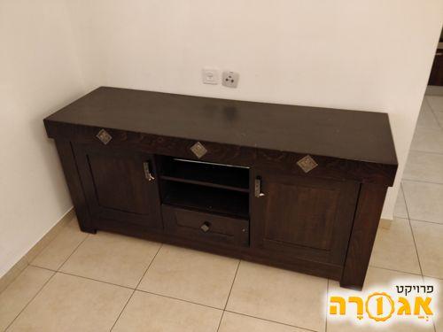 מזנון, שולחן סלון ושתי כורסאות