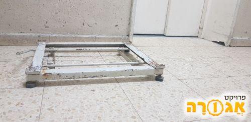 בסיס למכונת כביסה מברזל על גלגלים