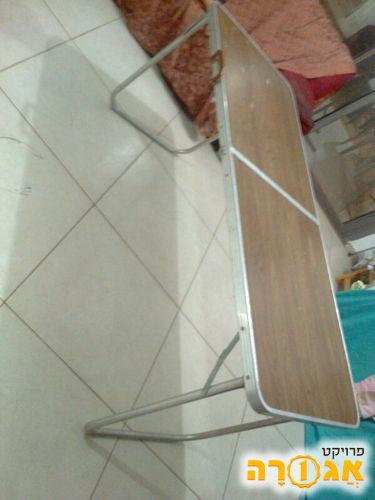שולחן מתקפל קטן ומעט רעוע