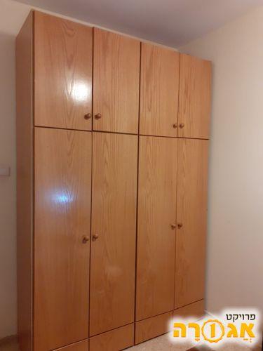 ארון בגדים ארבע דלתות